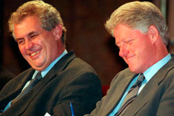 Милош Земан собрал больше всего подписей как кандидат в президенты Чехии. Милош Земан и Билл Клинтон. Фото с сайта upi.com  1 ноября 2012
