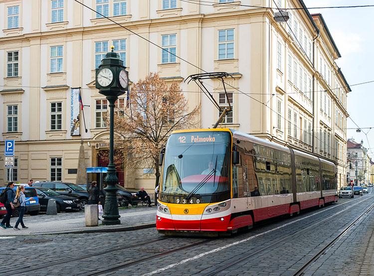 Во всех пражских трамваях модели 15T к следующему лету заработают кондиционеры. Трамвай Škoda 15T Alfa, оснащенный кондиционером. Фото пресс-службы dpp.cz  20 сентября 2018 года