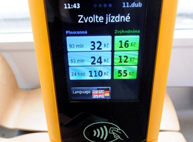 Оплатить билет бесконтактной картой можно будет во всех трамваях Праги. Автомат для бесконтактной оплаты проезда. Фото dpp.cz  9 ноября 2018