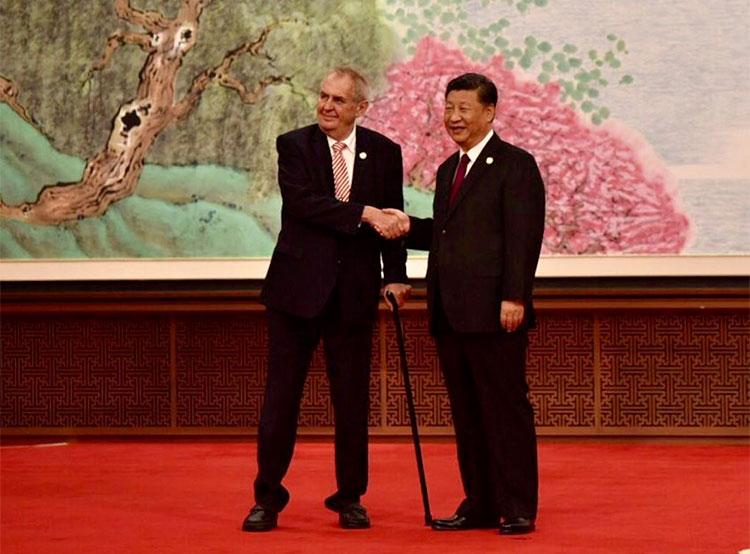 Врач чешского президента умер во время командировки в Китай. Милош Земан и Си Цзиньпин  Фото: Správa Pražského hradu  9 ноября 2018 года