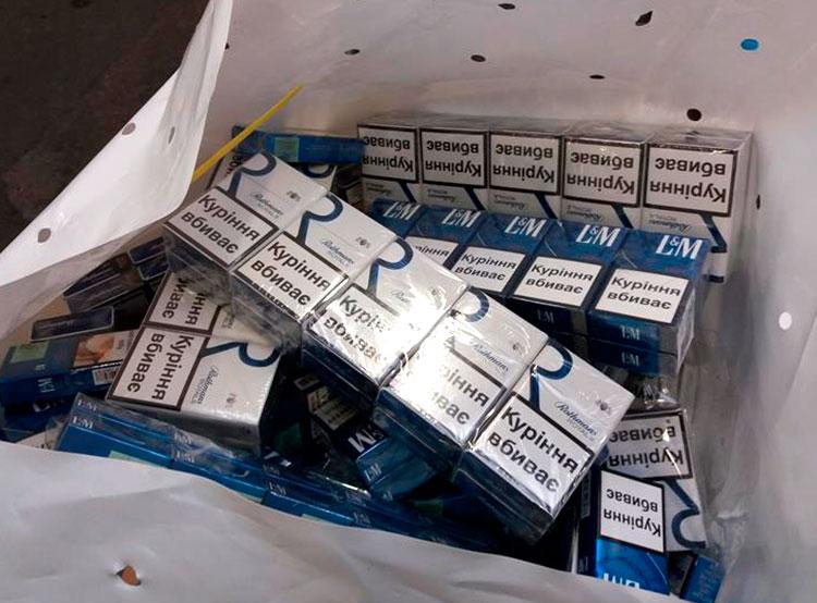 Пражские таможенники нашли под крышей украинского автобуса 18 тысяч контрабандных сигарет. Контрабандные сигареты. Фото пресс-службы Чешской таможни  9 ноября 2018 года