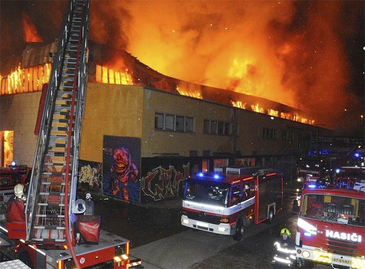 Ущерб от пожара в пражском батутном центре составил 20 миллионов крон. Пожар в пражском батутном центре. Фото: Роман Пута, пожарная охрана Чешской Республики (HZS Praha)  10 ноября 2018 года
