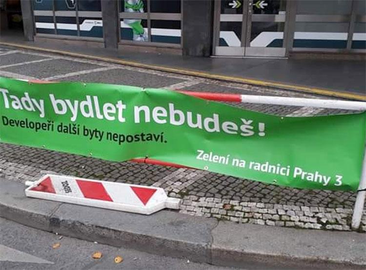 Прагу 3 заполонили фальшивые плакаты от Партии зеленых. Фото. Один из дезинформирующих баннеров. Фото Партии зеленых  12 ноября 2018 года