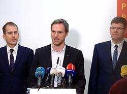 Пражская коалиция наконец подписала соглашение и готова официально выбрать мэра. Лидеры пражской коалиции после подписания соглашения. Будущий мэр Зденек Гржиб — посередине. Фото Пиратской партии  12 ноября 2018