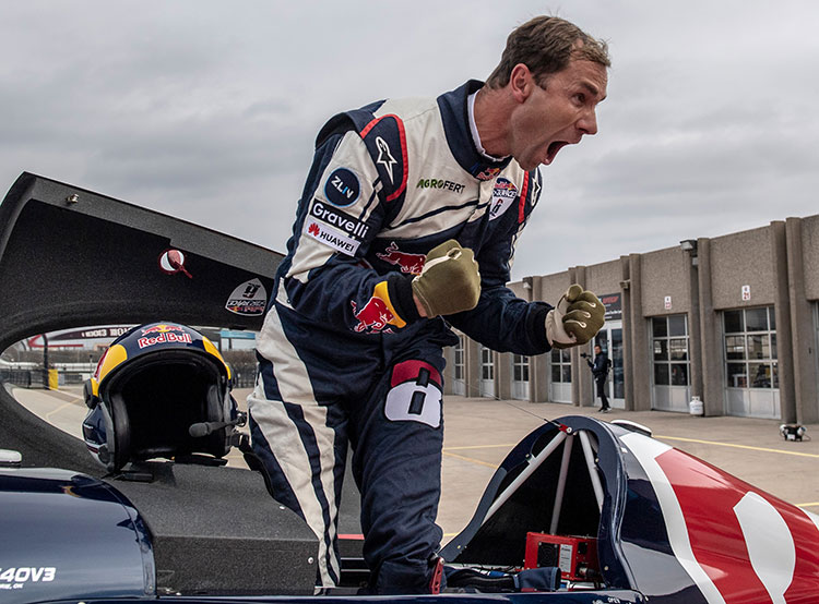 Чешский пилот Мартин Шонка победил в Техасе и стал чемпионом Red Bull Air Race — 2018. Чешский пилот Мартин Шонка после финиша. © Predrag Vuckovic/Red Bull Content Pool  19 ноября 2018 года