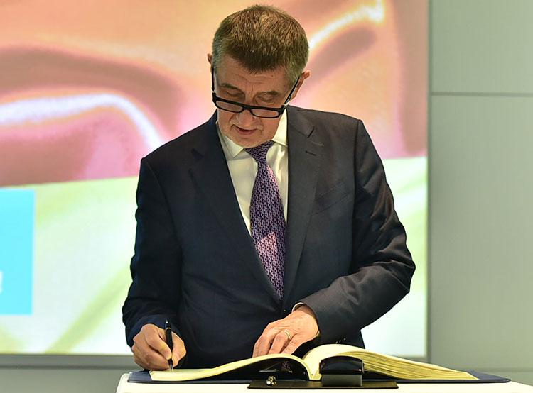 Опрос: скандал вокруг премьер-министра вызвал раскол в чешском обществе. Андрей Бабиш после посещения завода Siemens в Германии  Фото: Úřad vlády ČR  23 ноября 2018 года