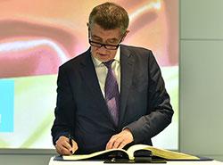 Опрос: скандал вокруг премьер-министра вызвал раскол в чешском обществе. Андрей Бабиш после посещения завода Siemens в Германии  Фото: Úřad vlády ČR  23 ноября 2018