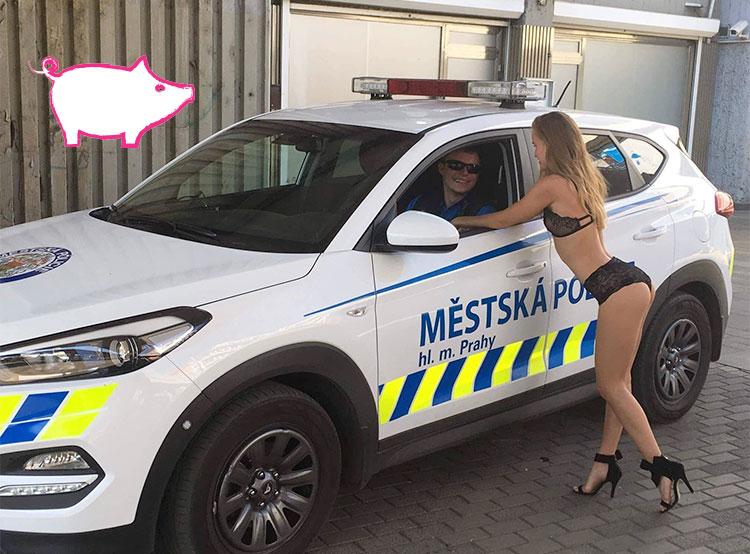 В Чехии назвали лауреатов юбилейной антипремии «Сексистская хрюшка». Приглашение работать в полиции. Изображение из фейсбука городской полиции Праги с логотипом антипремии  23 ноября 2018 года