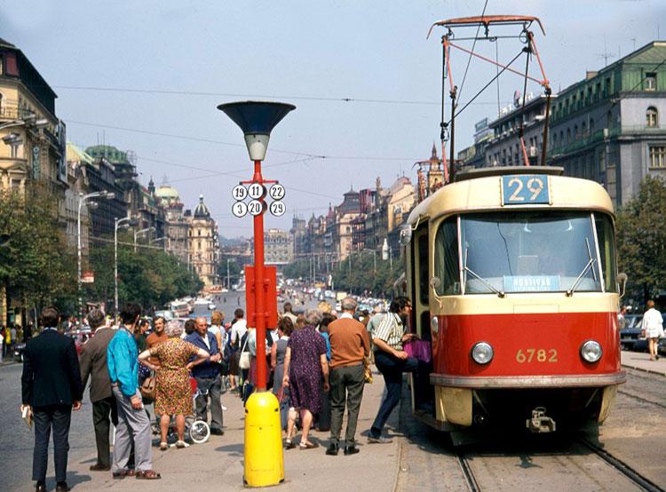 Трамваи вернутся на Вацлавскую площадь в Праге в течение четырех лет. Трамвайная остановка Muzeum в 1972 году. Фото dpp.cz  25 ноября 2018 года