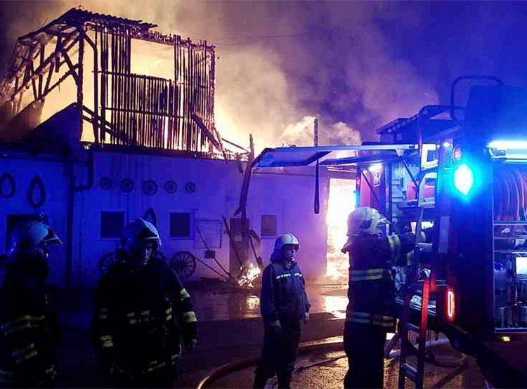 Чешские пожарные спасли 40 лошадей и потеряли одну из них. Пожар в конном центре. Фото из твиттера пожарной охраны Пардубицкого края — HZS Pardubický kraj  26 ноября 2018 года