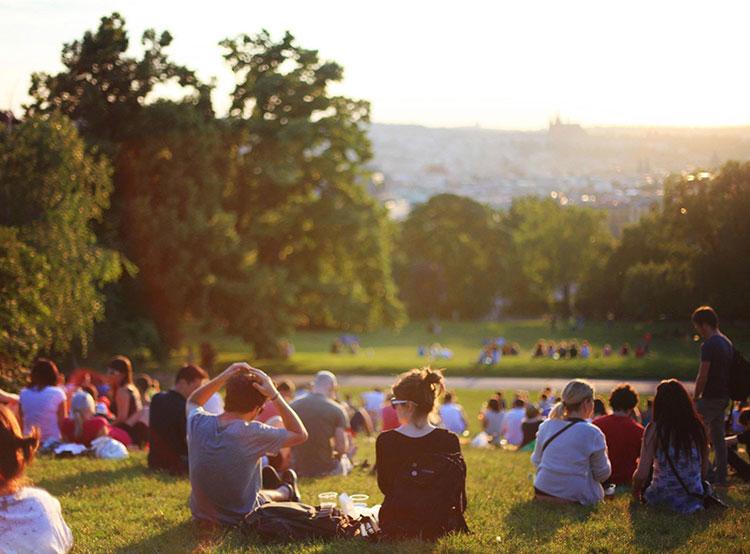 Чехия оказалась на 27-м месте в рейтинге наиболее процветающих стран. Ожидание заката в Ригровых садах в Праге. Photo by Leah Kelley from Pexels  30 ноября 2018 года
