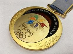 Медаль чешского хоккеиста из Нагано продана за 1,5 миллиона крон.  Проданная медаль Нагано-1998. Фото AUREA numismatika с сайта livebid.cz.  1 декабря 2018