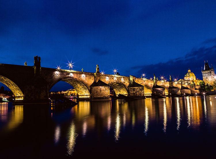 На Карловом мосту в Праге можно вновь встретить фонарщика. Карлов мост. Фото Pexels  1 декабря 2018 года