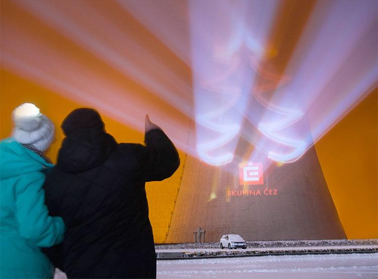 Градирни ядерных электростанций в Чехии превратились в 100-метровые рождественские елки. Фото: фейсбук информационного центра электростанции «Дукованы» Infocentrum JE Dukovany  2 декабря 2018 года