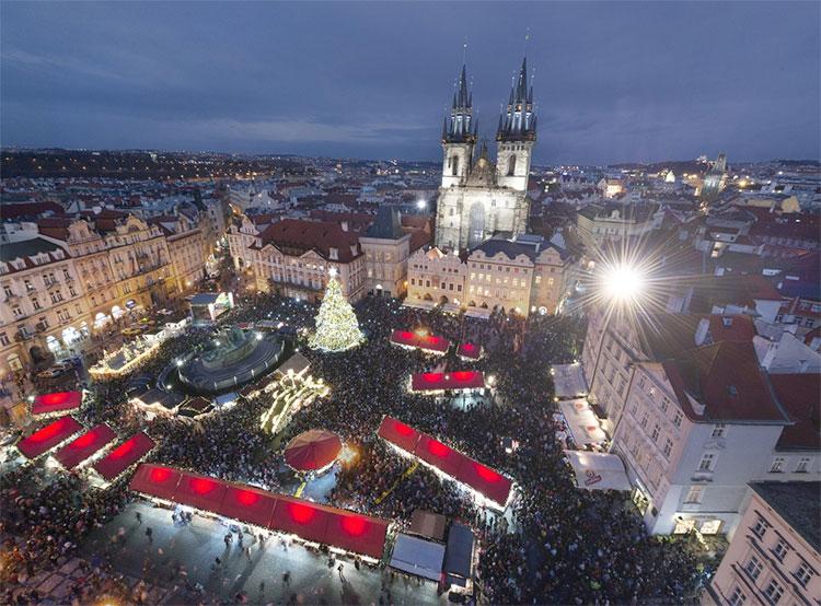 Новый год и Рождество в Праге встретят 360 тысяч туристов. Рождественская ярмарка на Староместской площади  Фото: Prague City Tourism  2 декабря 2018 года
