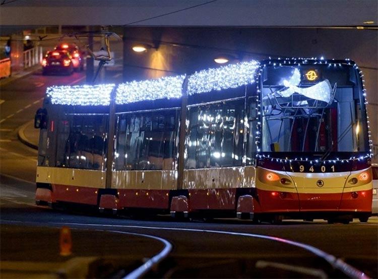 По Праге до 6 января ездит сияющий рождественский трамвай. Рождественский трамвай. Архивное фото dpp.cz  3 декабря 2018 года