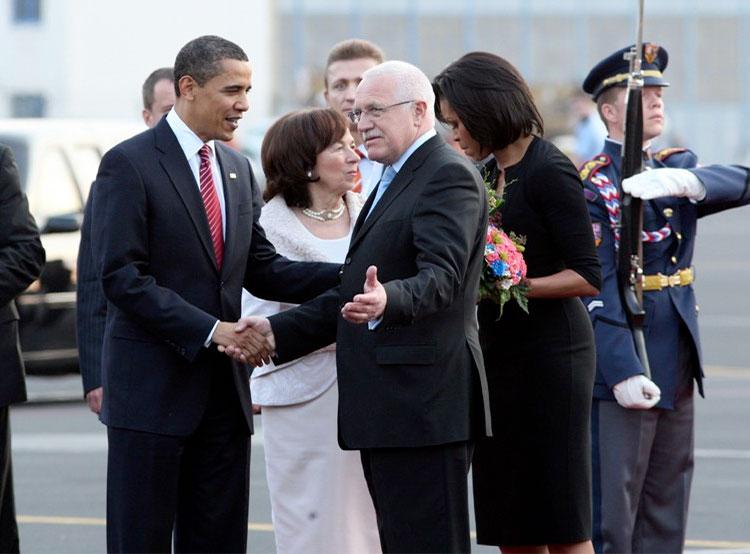 Мишель Обама вспомнила о том, что совсем забыла про Прагу. Чета Обама и Вацлав Клаус. Фото пресс-службы Пражского града  3 декабря 2018 года