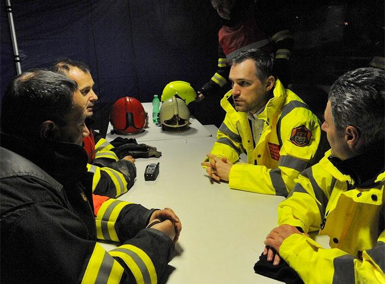 В тушении склада одежды в Праге приняли участие более ста пожарных и мэр. Мэр Праги участвует в заседании пожарного штаба. Фото HZS hl. M. Prahy / Milan Pacík  5 декабря 2018 года