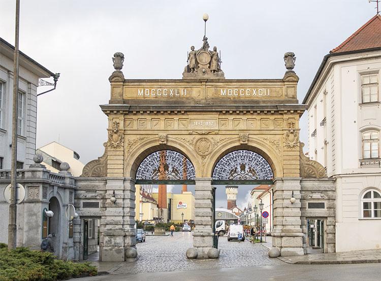 В городе Плзень отреставрировали ворота, известные всем любителям пива. Отреставрированные Юбилейные ворота. Фото пресс-службы Plzeňský Prazdroj  5 декабря 2018 года