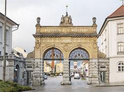 В городе Плзень отреставрировали ворота, известные всем любителям пива. Отреставрированные Юбилейные ворота. Фото пресс-службы Plzeňský Prazdroj  5 декабря 2018