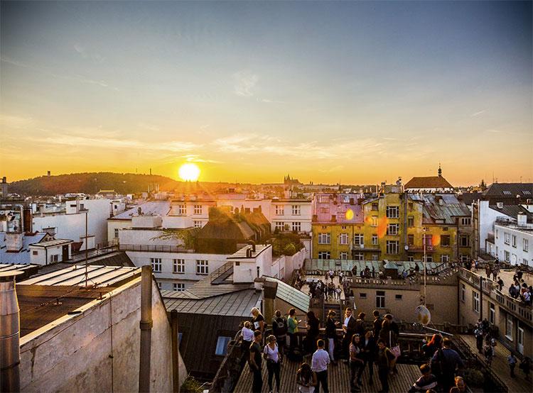 На крыше здания в центре Праги состоялся слет моржей. Крыша «Люцерны»  Фото: Prague City Tourism  8 декабря 2018 года