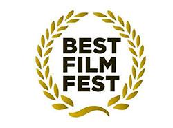 Независимые пражские кинотеатры под Рождество покажут лучшие фильмы года. Лого фестиваля Best Film Fest  10 декабря 2018