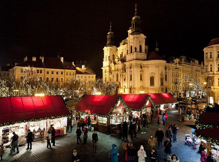 Путешественники выбрали лучшие рождественские ярмарки Европы. Рождественская ярмарка на Староместской площади в Праге  Фото: Czech Tourism  12 декабря 2018