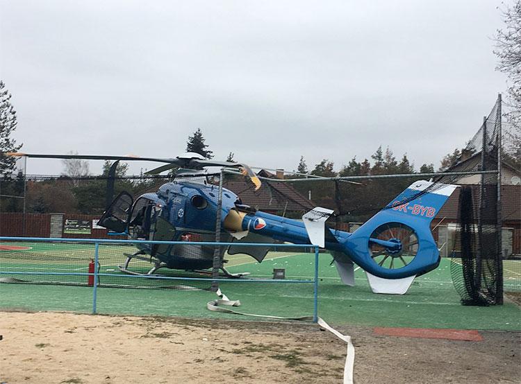Полицейский вертолет неудачно приземлился на футбольном поле.  Вертолет после неудачной посадки.  Фото: Policie ČR.  15 декабря 2018