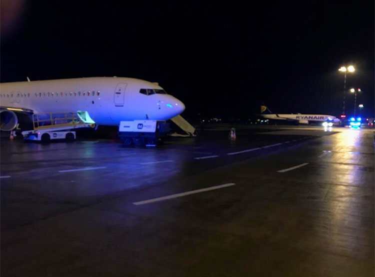 Нарисованная бомба вызвала переполох в аэропорту Праги. Самолет из Манчестера в аэропорту Вацлава Гавела  Фото: Policie ČR  16 декабря 2018 года