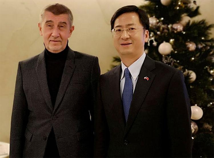 Посольство Китая вызвало чешского премьера на ковер из-за ситуации вокруг Huawei. Андрей Бабиш и посол Китая в Чехии. Фото: Velvyslanectví Čínské lidové republiky v Praze  25 декабря 2018 года