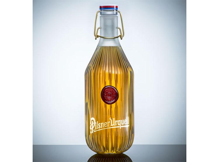 Дизайнерскую бутылку Pilsner Urquell продали за 700 тысяч крон. Бутылка от студии deFORM  26 декабря 2018 года