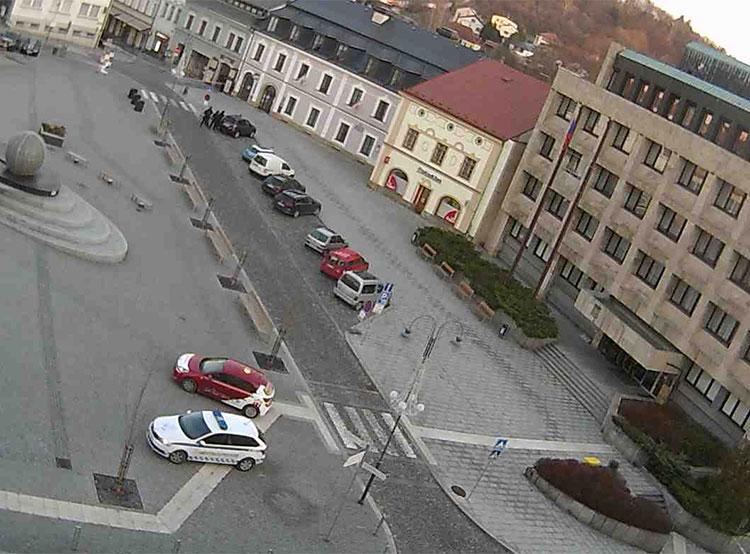 Вооруженный мужчина захватил девять заложников в банке чешского города Пршибрам. Площади Масарика в городе Пршибрам. Кадр с городской онлайн-камеры  28 декабря 2018 года