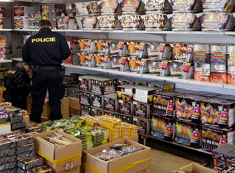 Пожарные предупредили о драматическом росте числа возгораний в новогоднюю ночь. Чешская полиция проверяет магазин фейерверков  Фото: Policie ČR  30 декабря 2018 года