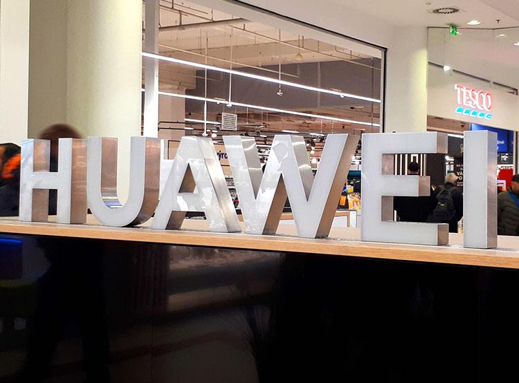 Пражская мэрия оценит риски, связанные с техникой Huawei. Торговая точка Huawei в Праге  Фото: Utro.cz  10 января 2019 года