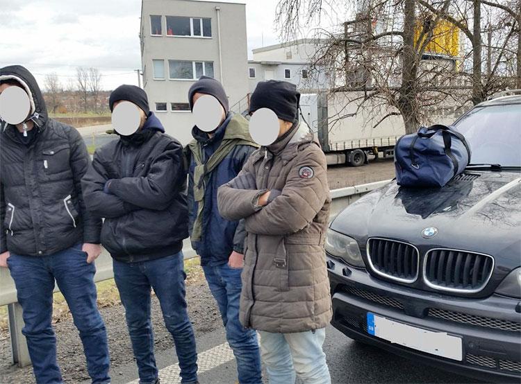 Чешские полицейские устроили погоню за машиной с иракскими нелегалами. Задержанные в Чехии иракские мигранты  Фото: Policie ČR  13 января 2019 года