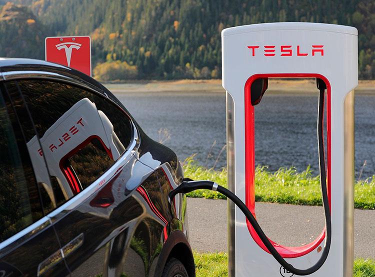 Tesla Илона Маска ищет сотрудников в новый пражский офис . Электромобиль Tesla на заправке. Фото pixabay.com  15 января 2019 года