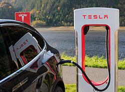 Tesla Илона Маска ищет сотрудников в новый пражский офис . Электромобиль Tesla на заправке. Фото pixabay.com  15 января 2019