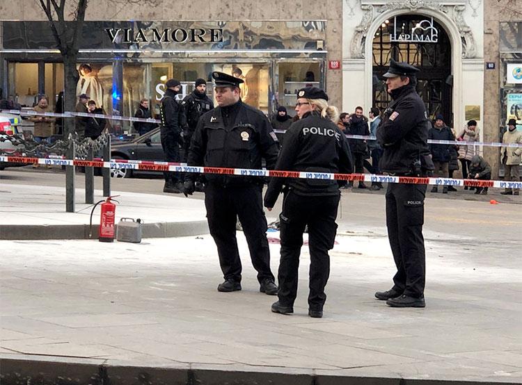 54-летний мужчина совершил самосожжение на Вацлавской площади в центре Праги. Полиция огородила место происшествия  Фото: Policie ČR  18 января 2019 года