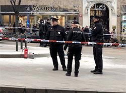 54-летний мужчина совершил самосожжение на Вацлавской площади в центре Праги. Полиция огородила место происшествия  Фото: Policie ČR  18 января 2019