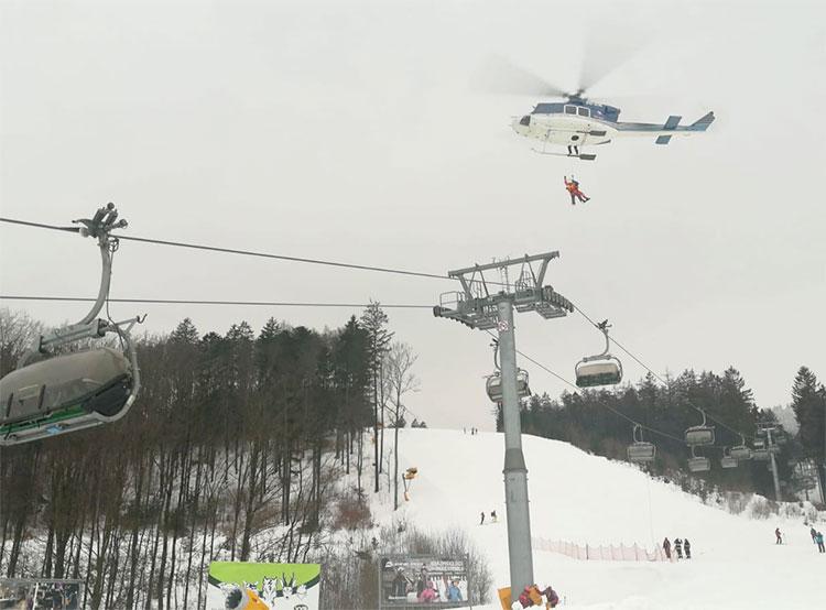 На подъемнике чешского горнолыжного курорта застрял 71 человек. Авария подъемника на горнолыжном курорте «Букова гора»  Фото: Policie ČR  18 января 2019 года