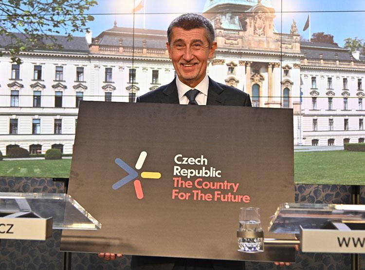 Чехия готовится стать европейским технологическим лидером и «страной будущего». Чешский премьер Андрей Бабиш с логотипом новой инновационной стратегии  Фото: Úřad vlády ČR  24 января 2019 года