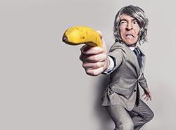 Чешский преступник достал при ограблении из штанов совсем не нож.  Вместо холодного оружия грабитель напугал продавщицу кое-чем другим. Фото Pixabay.com.  28 января 2019