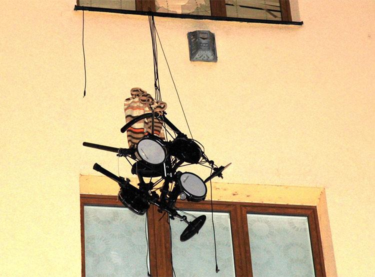 Житель Чехии выкинул из окна гитары, синтезатор и ударную установку. Житель Чехии выкинул из окна ударную установку  Фото: Policie ČR  3 февраля 2019 года