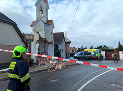 Водитель грузовика снес часовню с колокольней на окраине Праги. Разрушенная часовня в деревне Собин. Фото Hasiči Praha   12 февраля 2019