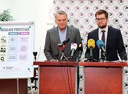 Чешская пиратская партия представила проект по регулированию проституции.  Богуслав Свобода и Якуб Михалек (справа). Фото пиратской партии.  21 февраля 2019