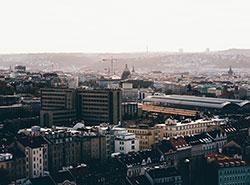 Проезд в пражском общественном транспорте во время смога станет бесплатным.  Иногда живописная дымка над Прагой — это смог. Фото Lukas Rychvalsky с Pexels.com.  25 февраля 2019