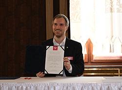 Пражский мэр первым из своих коллег подписал декларацию в поддержку браков для всех.  Мэр Праги Зденек Гржиб подписывает декларацию в поддержку браков для всех.  Фото: Portál hlavního města Prahy.  27 февраля 2019