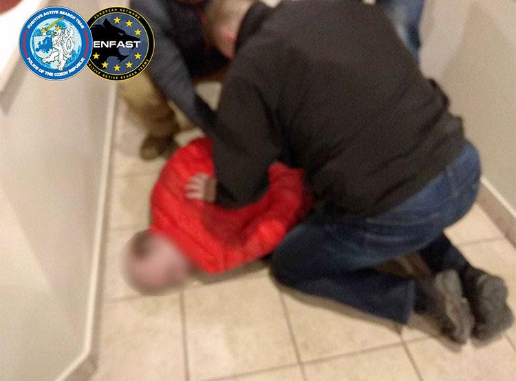 Схваченный в Праге международный убийца арестован и ожидает экстрадиции. Задержание международного преступника в Праге  Фото: Policie ČR  3 марта 2019 года
