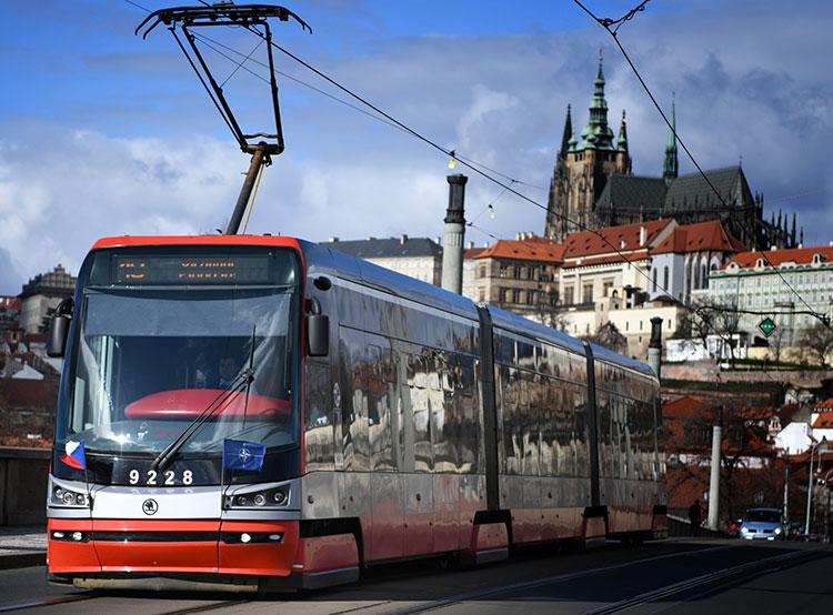 Чехия отмечает 20-летний юбилей членства в НАТО. На пражских трамвая появились флажки в честь 20-летия Чехии в НАТО  Фото: Portál hlavního města Prahy  12 марта 2019 года