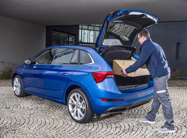 Интернет-магазины Alza и Rohlík доставят заказы прямо в багажники автомобилей Škoda. Доставлять посылки смогут прямо в багажник. Фото пресс-службы Škoda Auto   14 марта 2019 года